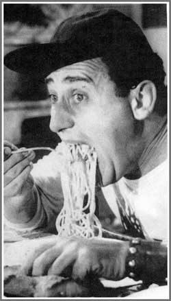 Mamma, cucina e spaghetti: quanti vecchi stereotipi sugli italiani