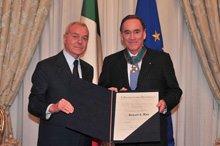 """Richard J. Fox riceve l'Onorificenza di Commendatore dell'Ordine """"Al merito della Repubblica italiana"""""""