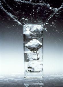 Chi beve solo acqua ha un'alimentazione migliore