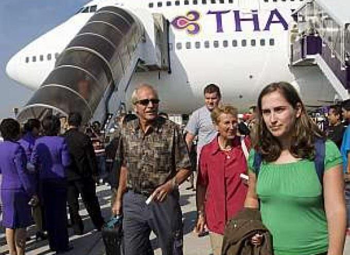 El primer vuelo comercial aterriza en Bangkok tras el fin de la ocupación de los aeropuertos