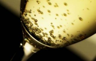 Addio caviale e champagne, crollo delle importazioni