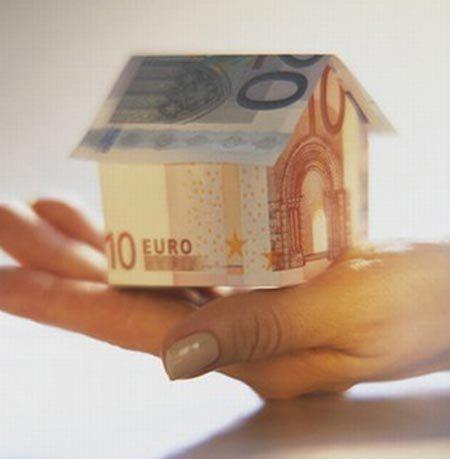 Mutui, con l'Euribor a 1,97% c'è chi risparmia 200 euro al mese e forse più, ma sui nuovi picchia duro lo spread: imparate a difendervi