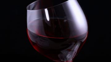 Annega i calcoli al fegato in un bicchiere d'alcool