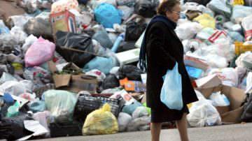 Palermo sepolta dai rifiuti, oggi arriva Bertolaso