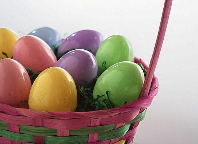 Pasqua di crisi, tornano in tavola le uova di gallina decorate