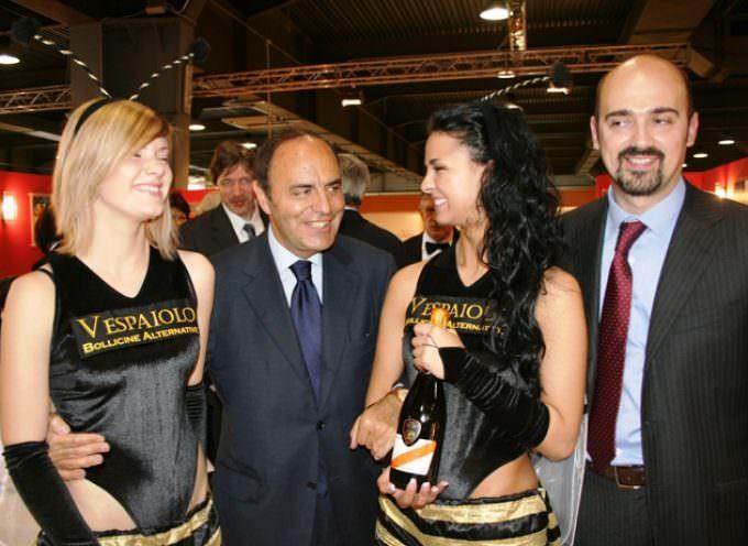 Vinitaly 2009: Bruno Vespa allo stand del veneto con le Vespaioline