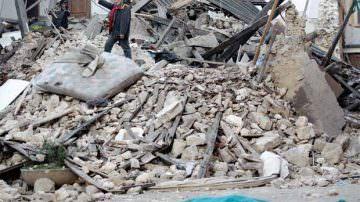 Terremoto, mentre la terra continua a tremare, si cercano i responsabili dei crolli