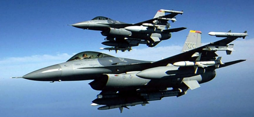 Pordenone, caccia F16 americano sgancia i serbatoi di carburante sul tetto di un garage