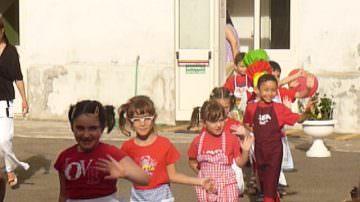 Alessandria, festa di fine asilo: un girotondo di bambini multicolori è la speranza per un mondo migliore