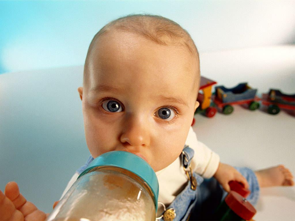 Bambini: il latte vaccino solo dopo i 12 mesi