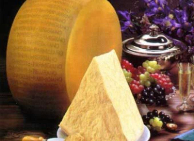 Parmigiano-Reggiano: in calo la produzione e le giacenze. Crescono export (+4,8%) e consumi interni