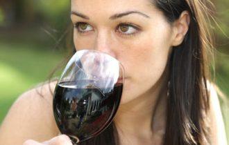 Donne, vino rosso moderato contro il cancro al seno