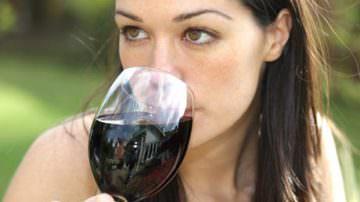 Il vino rosso aiuta la salute dei denti