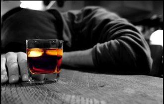 Super lavoro, e scatta il rischio alcolismo