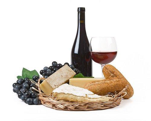 I souvenirs preferiti dagli italiani? Prodotti tipici come vino, formaggio, olio d'oliva, salumi o conserve
