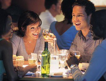 Mangiare al ristorante: la compagnia determina il menù