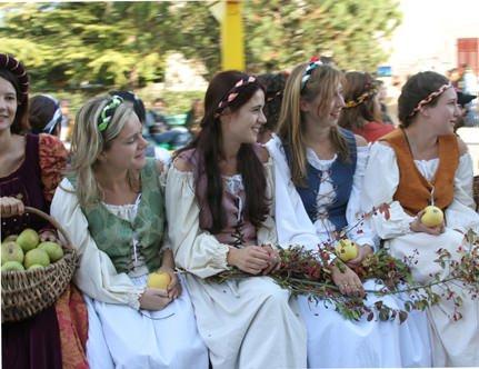 Pomaria, la festa per la raccolta dell'oro della Val di Non