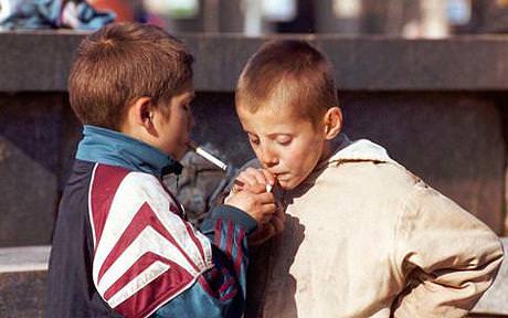 Confezioni color marrone: la Gran Bretagna inizia la guerra dei colori contro le sigarette