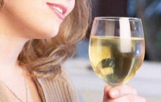 Vino: uomini casalinghi, donne al ristorante