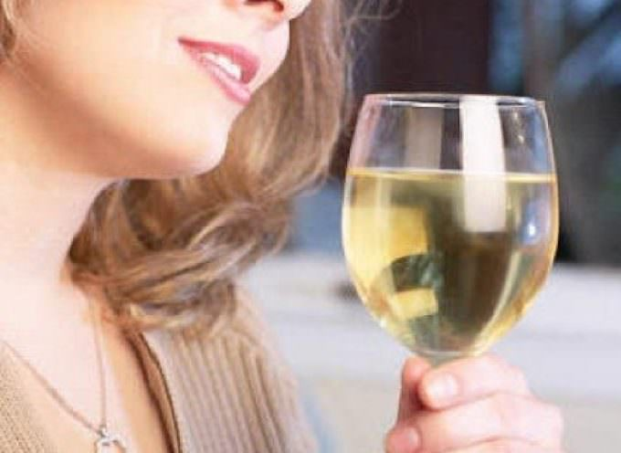 Donne: il bicchiere di vino rilassa, ma danneggia la salute
