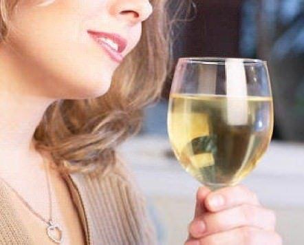 Gli alcolici aumentano il rischio di lesioni al seno per le giovani donne