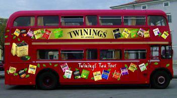 Parte il Twinings Tea Tour a bordo di un tipico London Bus