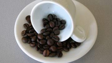 Paradosso caffè: prima alza la pressione, poi protegge il cuore
