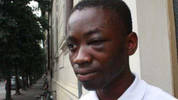 Emmanuel Bonsu, il ragazzo pestato dai vigili a Parma, viene insultato su Facebook