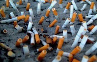 Il fumo passivo danneggia i polmoni anche all'aperto
