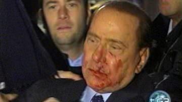 L'accusa: Berlusconi non molla perchè vuole passare alla storia come il salvatore dell'Italia