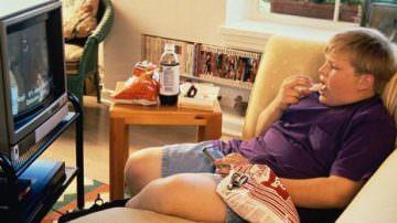 Mangiare davanti alla televisione fa mangiare di più