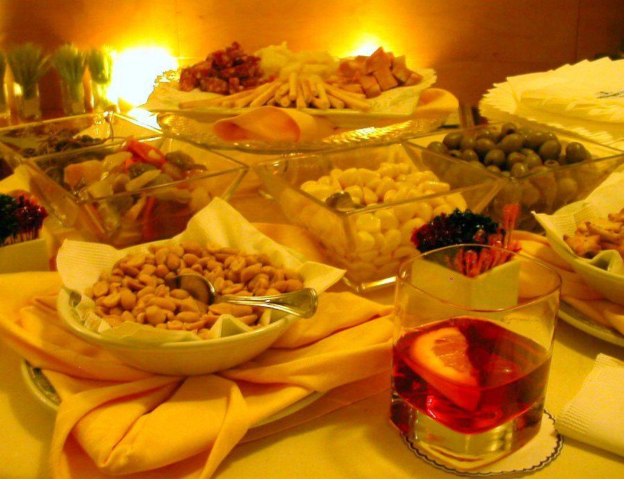 Capodanno: Adoc, l'aperitivo sbianca il cenone tradizionale, il 32% dei consumatori lo sceglie, ristoranti troppo cari