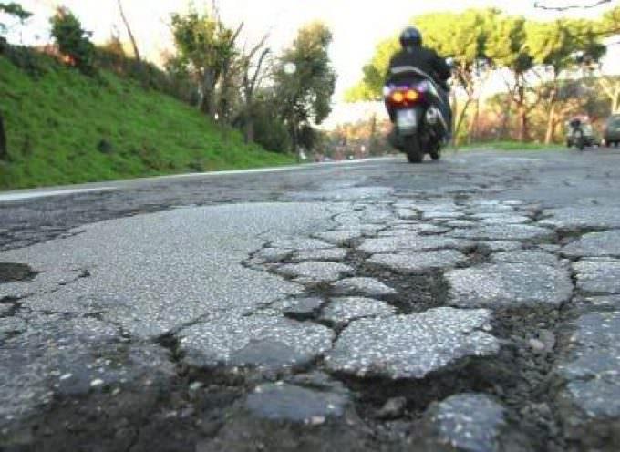 Rattoppi sulle strade di Roma: un lavoro fatto male produce solo danni