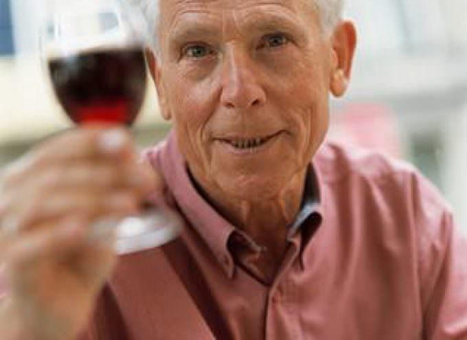 Bere moderatamente aiuta gli anziani contro l'artrite