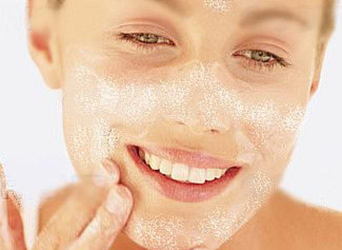 Olio di cocco, latte ed oro: ecco la cura per l'acne giovanile