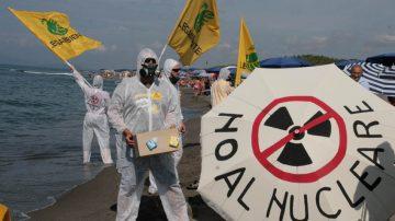 Con tute bianche e maschere antigas Legambiente dice no al nucleare