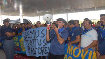 Protesta dei Pastori: Striscioni e Pecora Sandwich davanti al Ministero