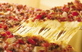 Un'ora di lavoro, 21.000 euro di salario: la sfida di Domino's Pizza