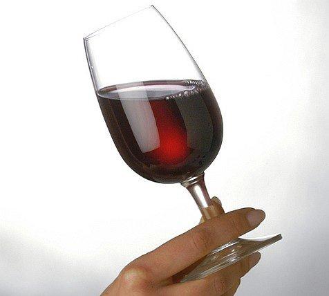 Il vino rosso diminuisce l'effetto dei grassi