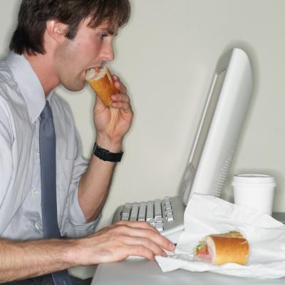 Mangiando davanti al PC si mangia di più