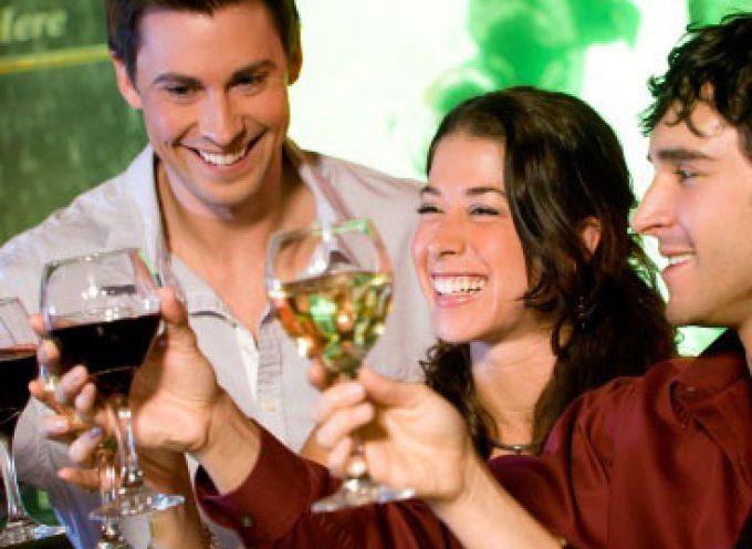 Alcolici: chi beve molto nel week-end rischia di più