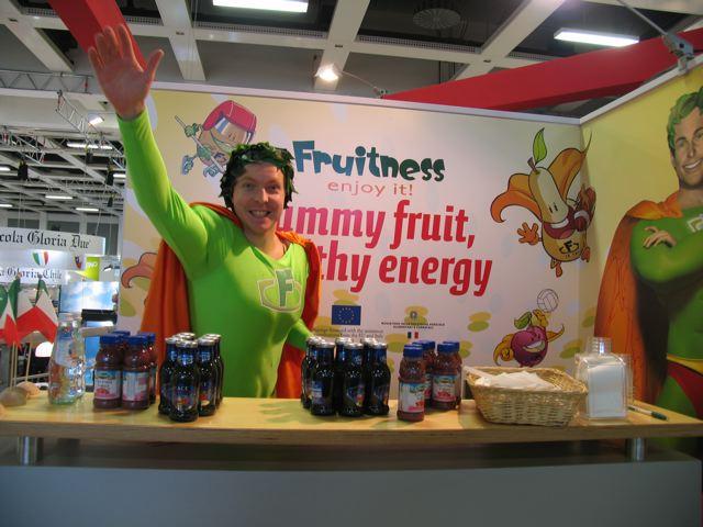 Mr Fruitness, il Supereroe della FRUTTA, è un progetto finanziato da Unione Europea, Stato Italiano e aziende associate a CSO