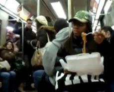 New York, galeotti furono gli spaghetti: stop al cibo sui mezzi pubblici