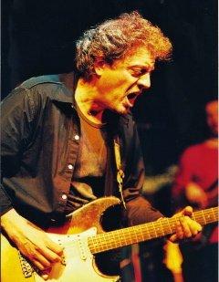 Rudy Rotta, armato di sola chitarra, urla la disperazione delle genti che vogliono un mondo di sentimenti e valori più veri