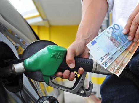Rincari: Un litro di benzina costa di più di un chilo di pasta
