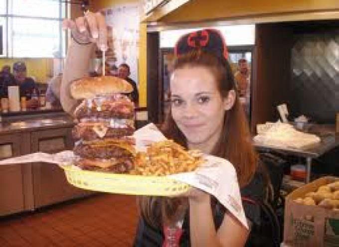 Tante calorie, 2 infarti: ecco il bypass burger, il panino assassino