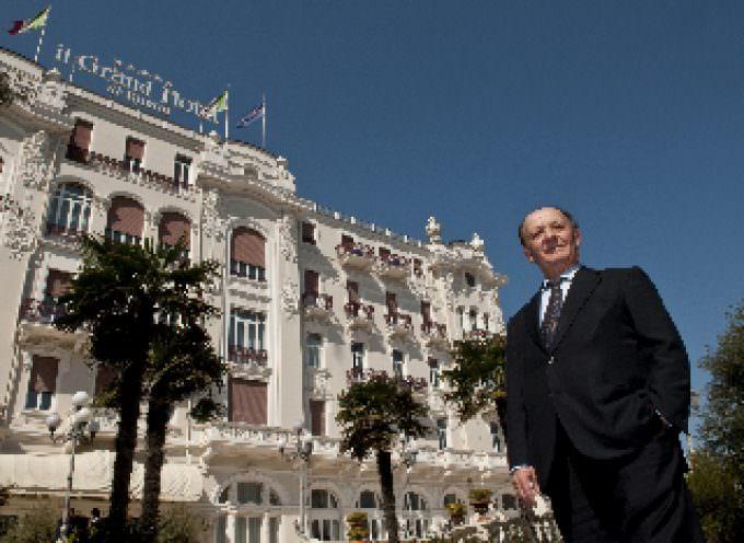Protagonisti di una favola, la fortuna di rimanere in panne a Rimini… Ospiti nel Grand Hotel di Tonino Batani