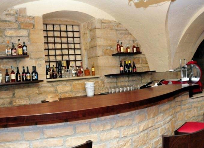 Andria, piazza La Corte: Quando il buon vino sposa arte, cultura e cibo, con professionalità
