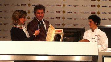 La chef Cristina Bowerman riceve il Premio Identità Donna da Alberto Zenato