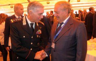 Achille Colombo Clerici si complimenta con Antonio Girone, ViceComandante dell'Arma dei Carabinieri